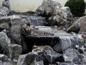 Wasserfall aus Alpensteinen