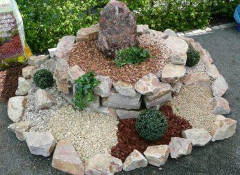 Brunnenanlage eingefasst mit Quarzit Bunt