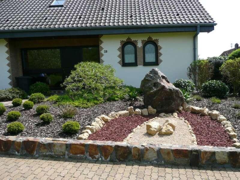 Vorgarten mit hackschnitzel steinakzente for Zierkies vorgarten