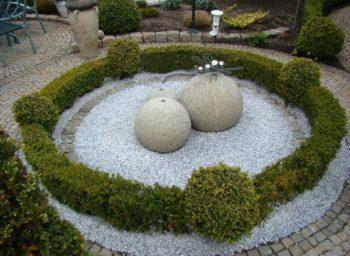 Steingarten mit Kristall Blau