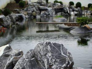 Schwimmteich mit Alpensteinen
