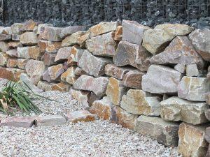 Trockenmauer Wasserbausteine Bunt