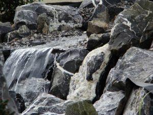 Wasserfall mit Alpensteinen und Donaukies
