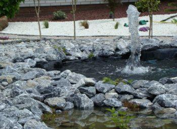 Alpensteine in Teichanlage