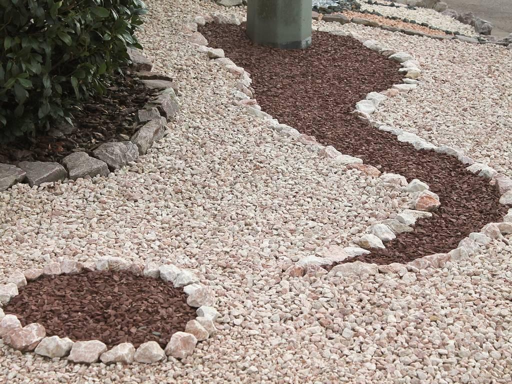 Schlangenmuster aus Bordeaux auf Tiroler Splitt