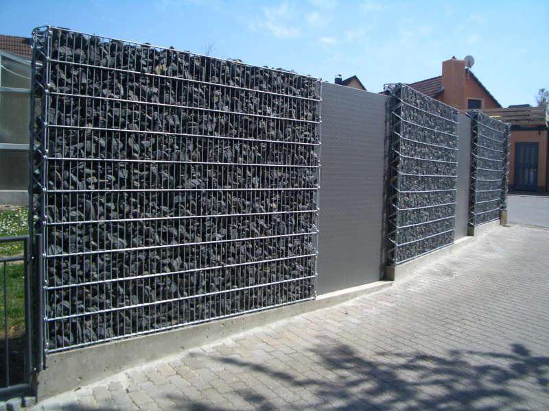 Gabionenwand 23 Basalt mit Auflockerung