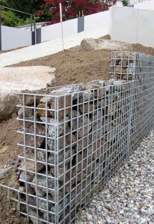 Gabionen st tzwand steinakzente for Gabionen selber bauen