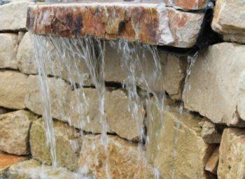Mauersteine Wasserfall